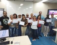Alunos exibem os certificados durante o encerramento das aulas